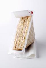 Sandwich club dans son étui plastique