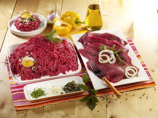 Viande de boeuf crue hachée et en steak