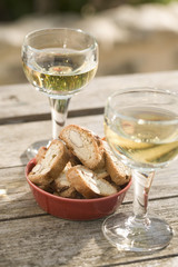 Vin blanc et croquets aux amandes