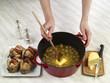 Ajouter le beurre aux raisins dans la cocotte