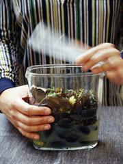 Préparation des moules marinières infusées aux herbes aromatiques