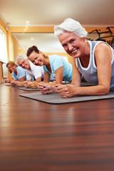 Lachende Gruppe beim Pilates