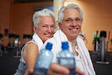 Zwei Senioren mit Wasserflaschen
