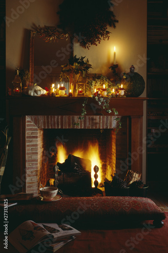 Christmas decorations on the fireplace in the living room