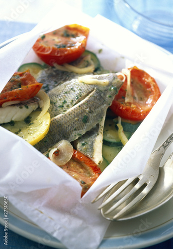 Sea bream fillets with preserved tomatoes and courgettes in papillote