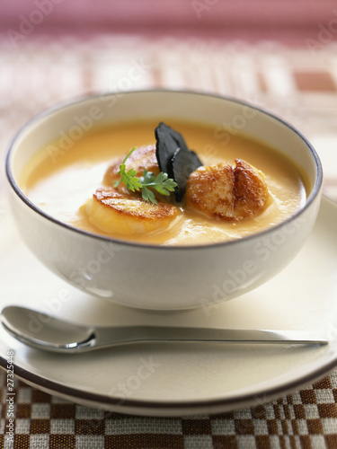 Scallop soup with pan-fried scallops with truffles