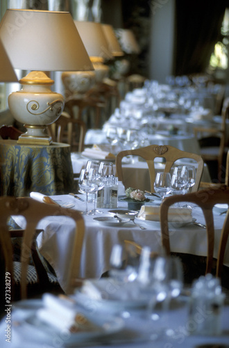set table in restaurant