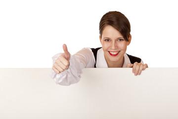glückliche Geschäftsfrau hält leere Werbetafel und zeigt Daumen