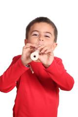 bambino sorridente suona il flauto