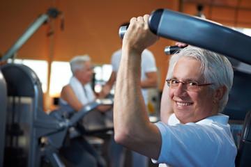 Senioren machen Krafttraining