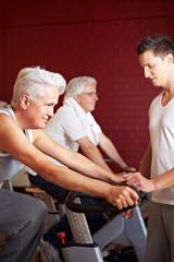 Fitnesstrainer gibt Spinning-Kurs