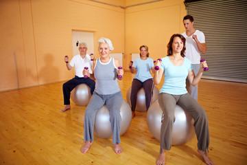 Fitnessübungen mit Hanteln