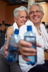 Wasser trinken im Fitnesscenter