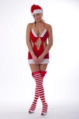 Unschuldige Blondine im plüschigen Weihnachtsfrau-Kostüm