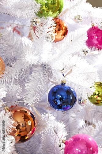 wei er weihnachtsbaum mit bunten kugeln stockfotos und lizenzfreie bilder auf. Black Bedroom Furniture Sets. Home Design Ideas