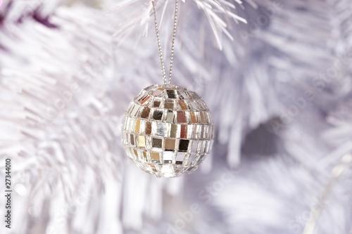wei er weihnachtsbaum mit discokugel von ganzoben lizenzfreies foto 27344010 auf. Black Bedroom Furniture Sets. Home Design Ideas