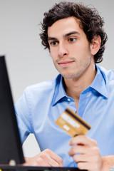 homme caucasien carte bancaire