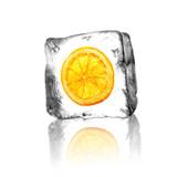 Orangenscheibe im Eisblock