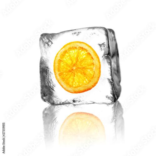 Orange slice w bloku lodu