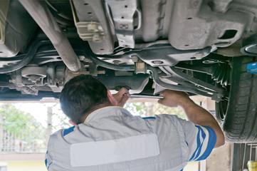 Meccanico cambia olio