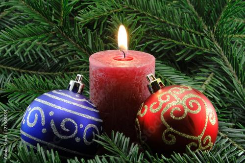 rote kerze mit weihnachtskugeln von schlierner lizenzfreies foto 27368434 auf. Black Bedroom Furniture Sets. Home Design Ideas