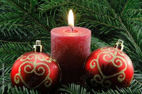 rote kerze mit roten weihnachtskugeln von schlierner. Black Bedroom Furniture Sets. Home Design Ideas