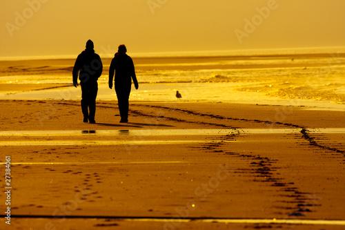 Strandspaziergang in goldener Abendsonne