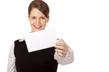 Junge lachende Frau hält leere Karte in Kamera - Business card