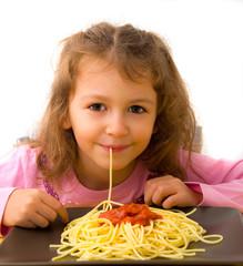 bambina che mangia spaghetti