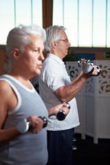 Senioren heben Gewichte im Fitnesscenter