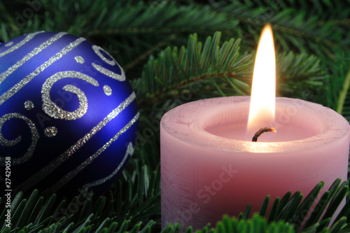 rosa kerze mit weihnachtskugel von schlierner lizenzfreies foto 27429058 auf. Black Bedroom Furniture Sets. Home Design Ideas