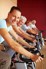 Spinning-Gruppe im Fitnesscenter