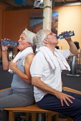 Zwei Senioren trinken Wasser