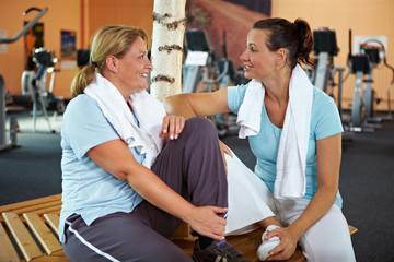 Frauen reden nach Fitnesstraining