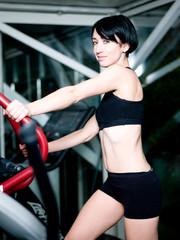Femme faisant du sport - velo eliptique
