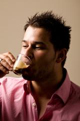 Uomo che beve un caffè