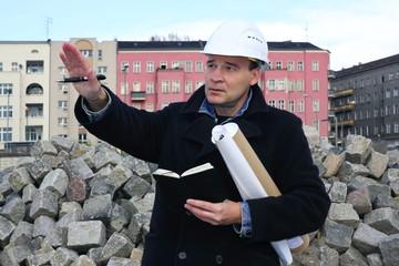 Bauleiter gibt Anweisung