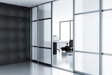 Pusta kabina za szklanymi drzwiami w nowoczesnym biurze