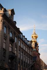 Goldene Kuppeln hinter Hausfassade