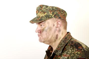 Soldat mit getarntem Gesicht