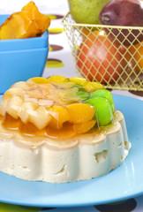 Mousse de vainilla con gelatina de frutas