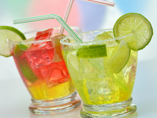 cocktails with lime and ice close up