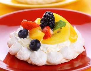 Meringue Pavlova with air cream and fresh berry
