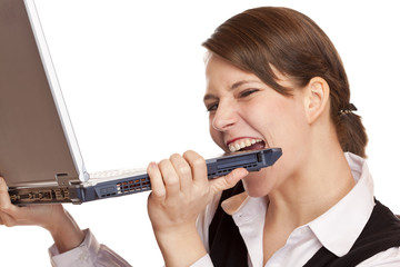 Frustrierte gestresste Frau beißt verzweifelt in Laptop
