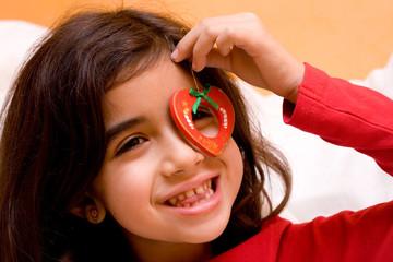 bambina con decorazione albero di natale