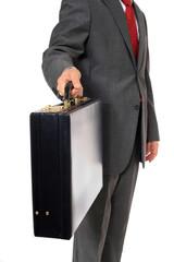 Geschäftsmann überreicht Aktenkoffer