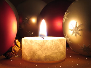 Teelicht, Weihnachtskugeln, Sternchen