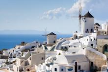 Traditionelle Windmühlen im Dorf Oia der Kykladen Insel Santorin