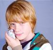 Junge mit jungem Wellensittich in der Hand
