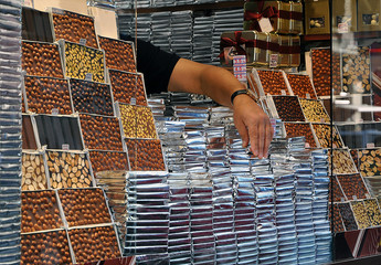 Schokoladenverkäufer in Istanbul  #101102-040